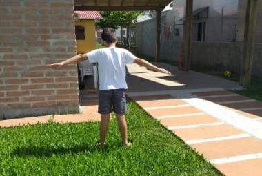 Alunos da Satc praticam para aprender movimento de rotação da Terra