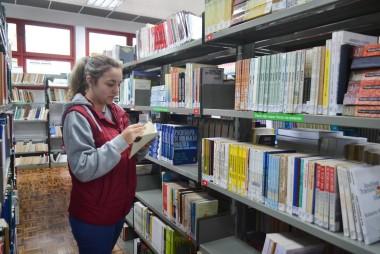 Você pode encontrar tesouros espalhados pela Biblioteca