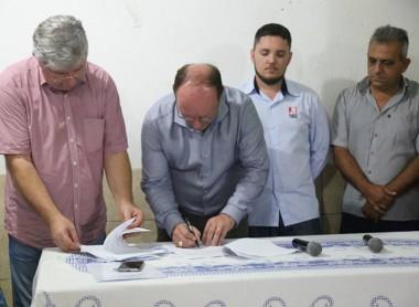Assinatura de ordem de serviço marca término do exercício de prefeito