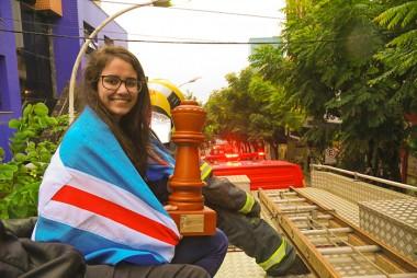 Kathiê é homenageada com desfile no caminhão dos bombeiros