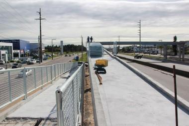 Nova passarela recebe guarda-corpos, na BR-101 Sul SC
