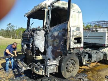 Incêndio causa destruição na cabine de carreta na Rodovia SC-445