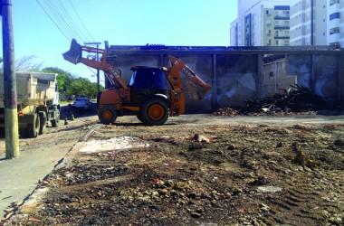 Lojas De Luca retira entulhos do pavilhão destruído