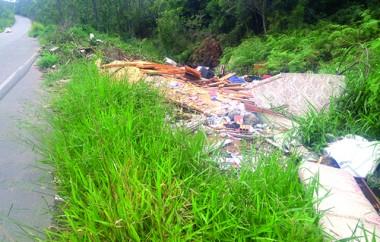 Margem do Anel Viário continua sendo usada como lixão