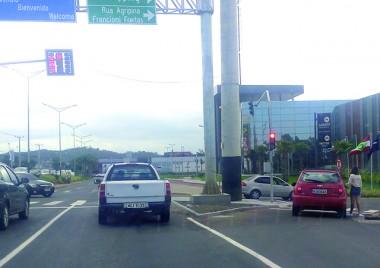 Poste no meio da avenida se transforma em armadilha