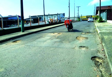 Rua José de Alencar está tomada pelos buracos