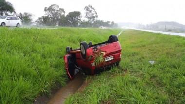 Carro tomba após aquaplanagem na BR-101