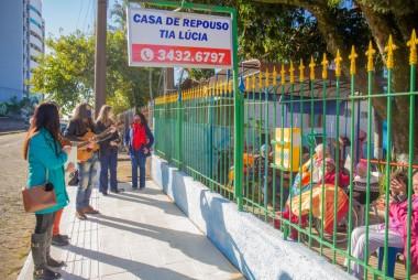 Fundação Cultural de Içara leva música aos idosos da Casa de Repouso Tia Lúcia