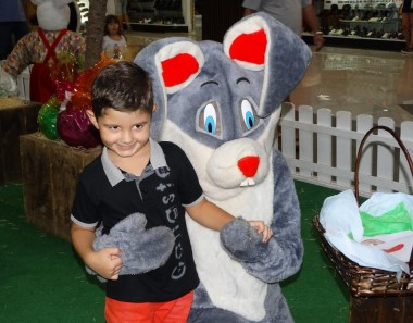 Visita do Coelho da Páscoa movimenta Criciúma Shopping