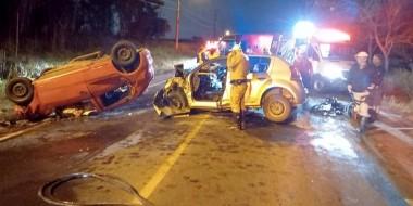 Acidente envolve três veículos e provoca duas mortes no Bairro Demboski