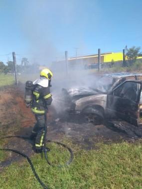 Corpo de Bombeiros combate incêndio em veículo que ficou totalmente destruído