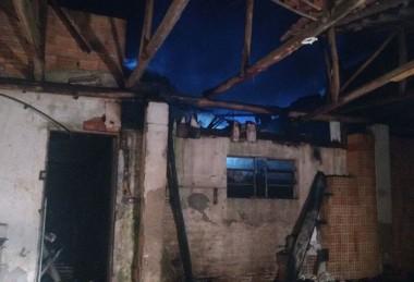 Antiga boate é atingida por incêndio, em Maracajá