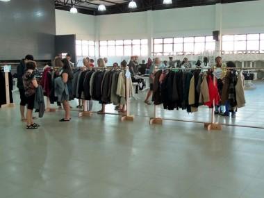 Cáritas Diocesana promove bazar com roupas da Alemanha