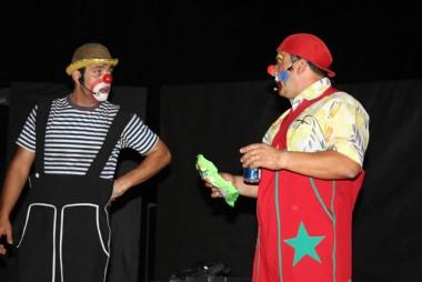 Teatro Elias Angeloni traz show de mágica e palhaços à Criciúma