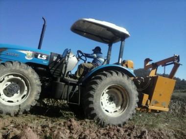 Jacinto Machado auxilia agricultores na colheita de milho