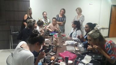 Candidatas a rainha da Festa do Vinho participam de curso de automaquiagem