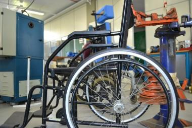 Curso do Senai faz restauração completa em cadeiras de rodas da Apae Criciúma
