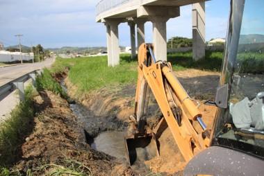 DNIT/SC faz trabalhos em vias laterais entre Pescaria Brava a Capivari de Baixo