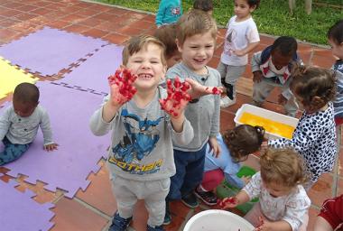 Crianças do CEI Afasc Professor Jairo Luiz Thomazi aprendem cores utilizando matérias escolares