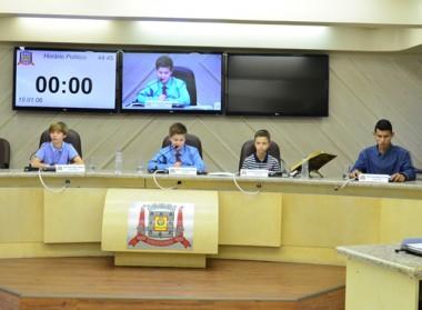 Vereadores Mirins discutem requerimentos e indicação