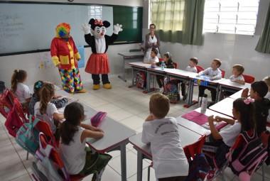 Personagens infantis visitam escolas de Siderópolis