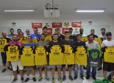 Projeto Anjos do Futsal entrega uniformes e materiais