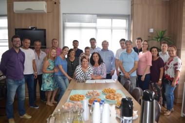 Governo de Siderópolis firma termo de colaboração com APAE