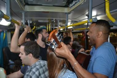Flash Mob leva música aos passageiros do transporte coletivo de Criciúma