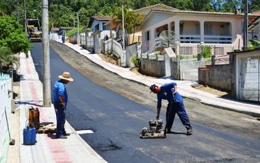 Ruas de Vila São Jorge recebem camada asfáltica