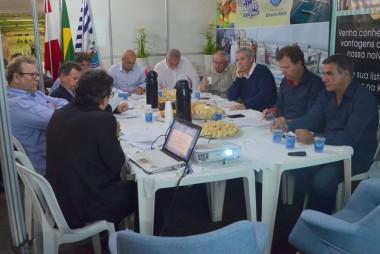Prefeitos realizam assembleia para prestigiar a Festa do Vinho