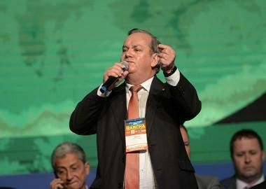 De pé, prefeitos aplaudem Peninha durante Marcha a Brasília