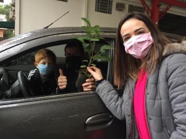 Motoristas recebem da Fundaf mudas de árvores no drive-thru em Forquilhinha