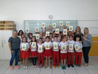 Alunos de Içara produzem livro de poemas