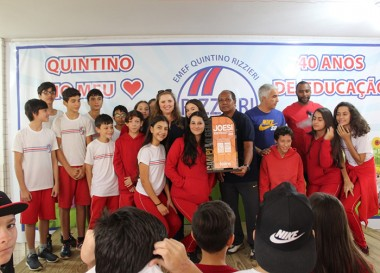 Campeão geral do Joesi, EMEF Quintino Rizzieri recebe troféu
