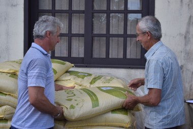 Agricultores de Jacinto Machado recebem sementes