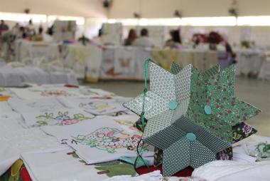 Auras promove exposição com trabalhos dos grupos de mães e idosos de Urussanga