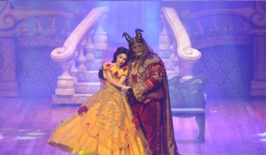 A Bela e a Fera no palco do Teatro Elias Angeloni em Criciúma