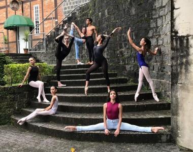 Bailarina de Içara alcança bom desempenho em Timbó