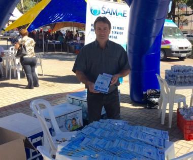 Samae de Araranguá distribui na praça 1600 copinhos de água