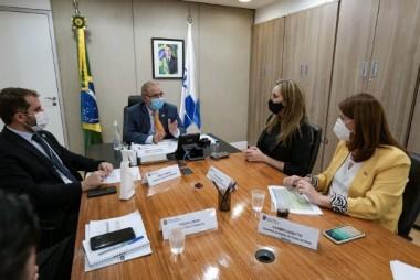 Governadora leva demandas de Santa Catarina ao ministro da Saúde em DF
