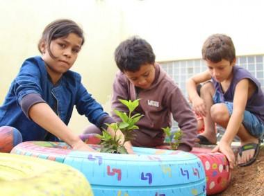 Crianças e adolescentes preparam horta e floreiras em Criciúma