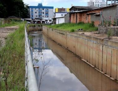 Vereadores fiscalizam obras do Canal Auxiliar