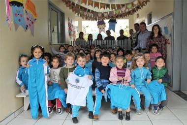 Estudantes da rede municipal de Nova Veneza recebem uniformes