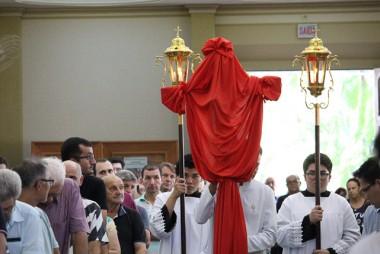 Catedral São José lotada na celebração da Paixão com adoração da cruz