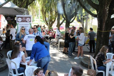 Música e gastronomia levam público à Praça Anita Garibaldi