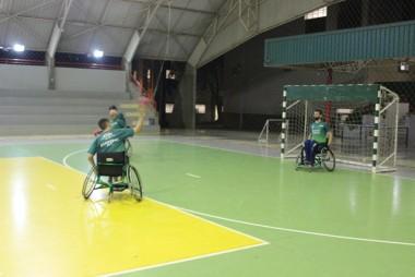 Equipe de handebol se equilibra sob rodas e desafios