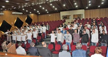 Jovens neovenezianos realizam juramento à bandeira