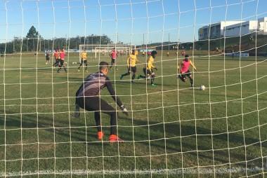 Criciúma E.C. treina parte técnica e finalizações