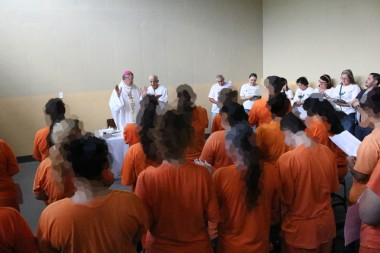 Bispo celebra pela primeira vez na Penitenciária Feminina