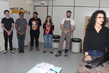 Acadêmicos de Design criam identidade visual para artesã